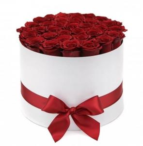 Raudonos rožės baltoje dėžutėje